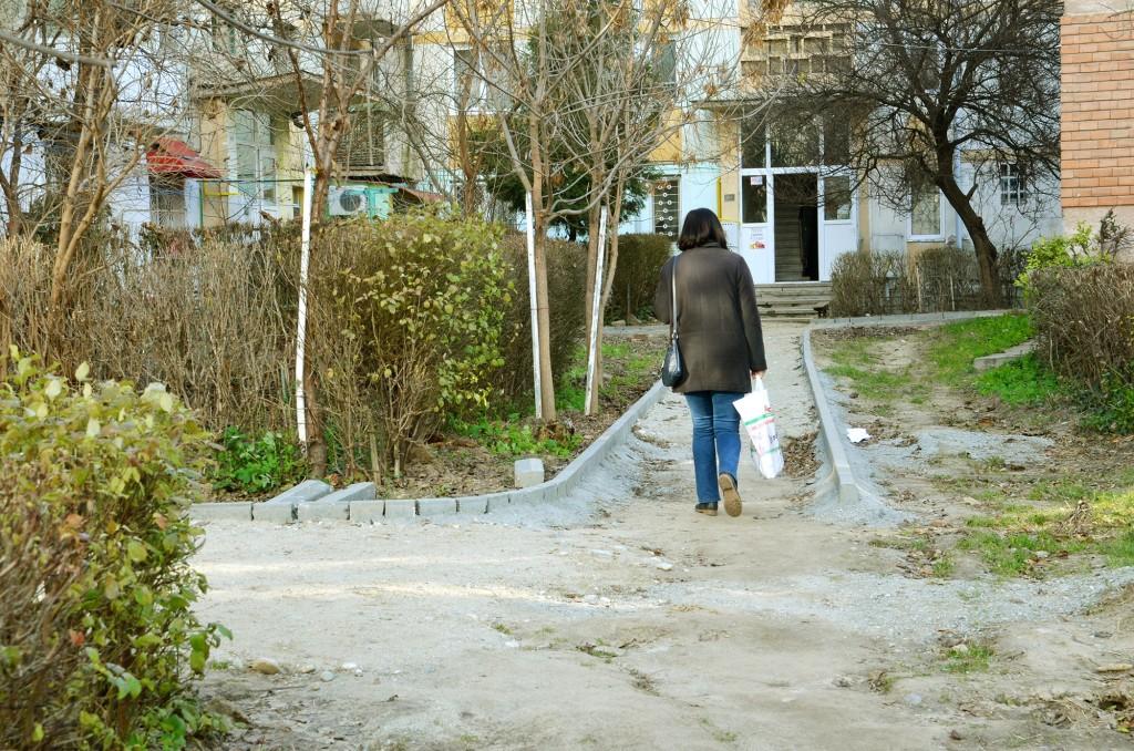 Oamenii sunt revoltați din cauză că lucrările de reabilitare a aleilor din cartierul George Enescu au fost întrerupte FOTO: Lucian Anghel
