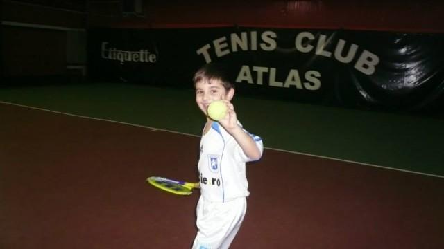 Alex Coman, în echipament de fotbal la antrenamentul de la tenis