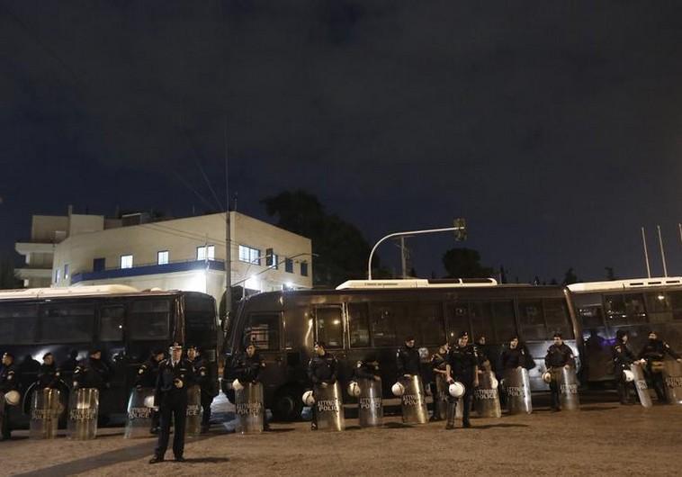 Poliţişti în faţa Ambasadei Israelului din Atena în 2012 (Foto: jpost.com)