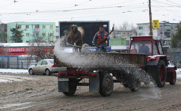 Drumari acţionează cu material antiderapant pe drumurile cu probleme