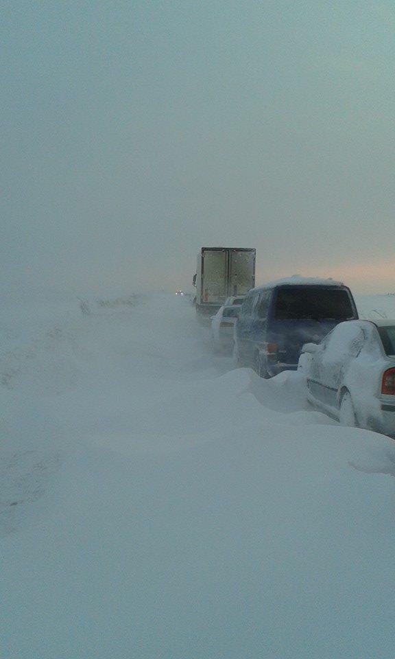 Zeci de maşini au rămas înzăpezite timp de câteva ore între localităţile doljene Galiciuica şi Băileşti (Foto: Facebook)