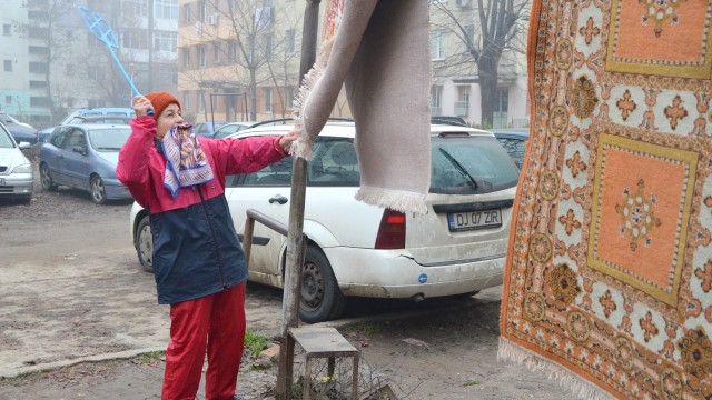 Cornelia Florescu din cartierul craiovean Valea Roşie spune că bătătoarele de covoare  sunt necesare (Foto: Lucian Anghel)