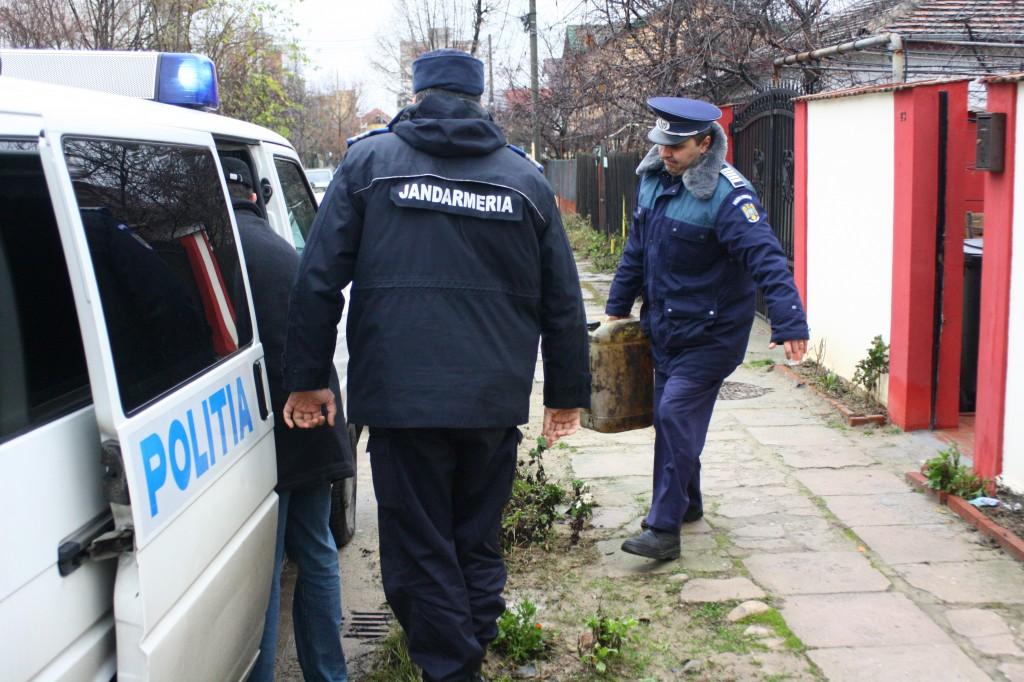 Polițiștii au ridicat aproape 8.000 de litri de benzină și motorină în urma perchezițiilor făcute luni în Dolj, Olt, Mehedinți, Argeș și Dâmbovița (Foto: GdS)