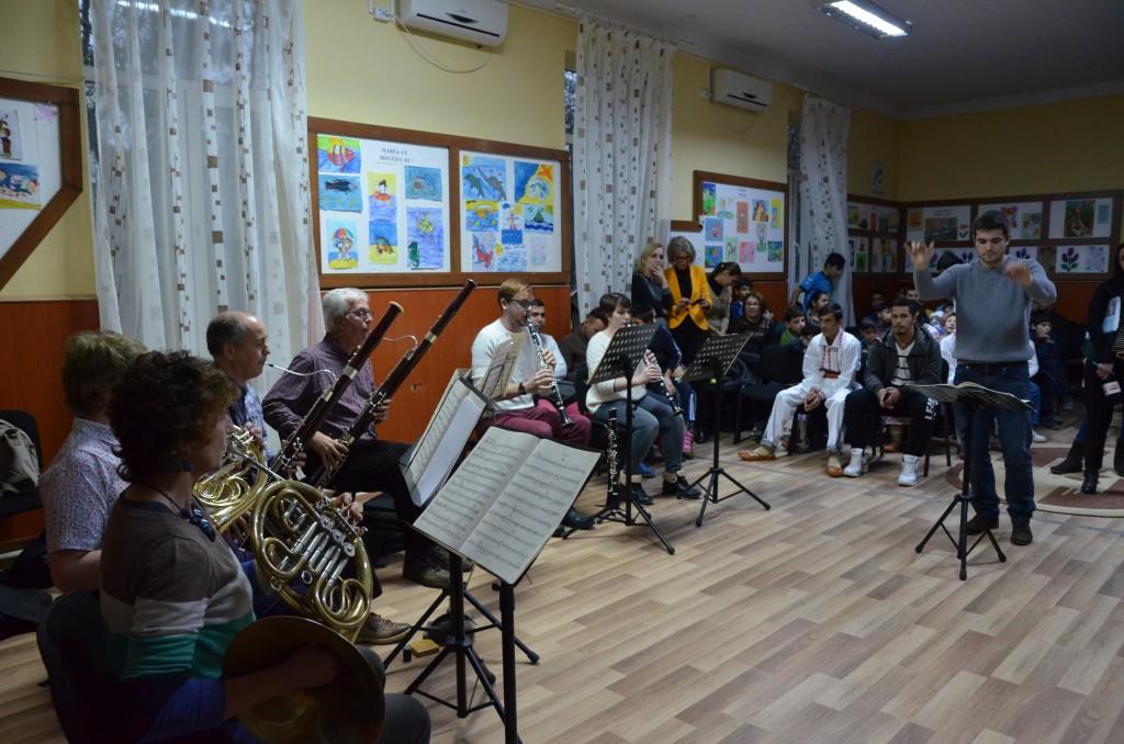 """De Ziua Internaţională a Persoanelor cu Dizabilităţi, elevii de la Şcoala Specială """"Sf. Mina"""" i-au avut oaspeţi pe membrii Orchestrei Philharmonia Britannica"""