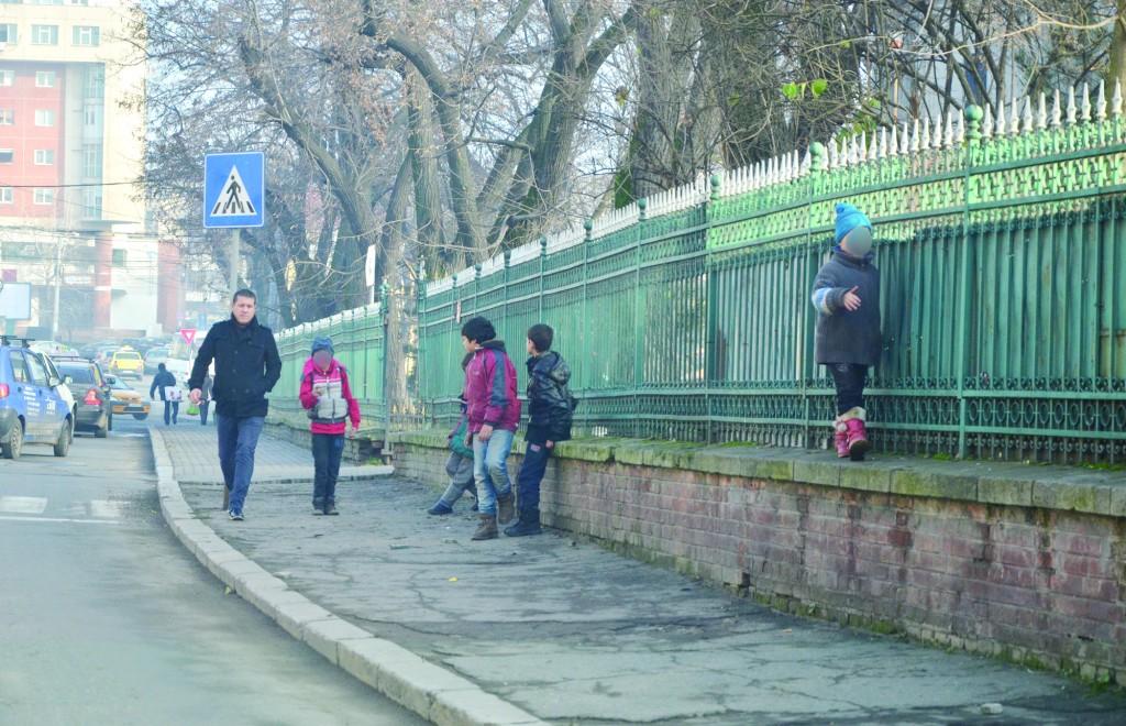 În curțile bisericilor, la semafoare, la colț de stradă ori în marile intersecții găsești copii care cerșesc un colț de pâine ori câte un bănuț cu care să își cumpere mâncare (FOTO: Claudiu Tudor)