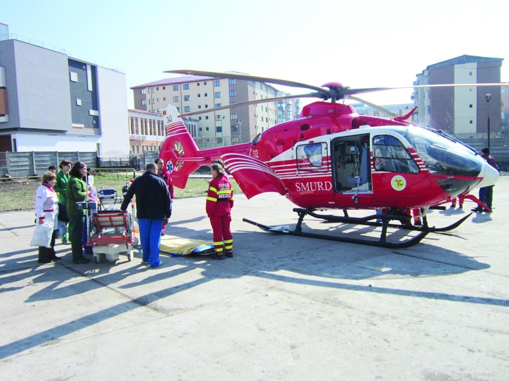 Deocamdată, elicopterul SMURD nu se mai ridică de la sol (FOTO: GdS)