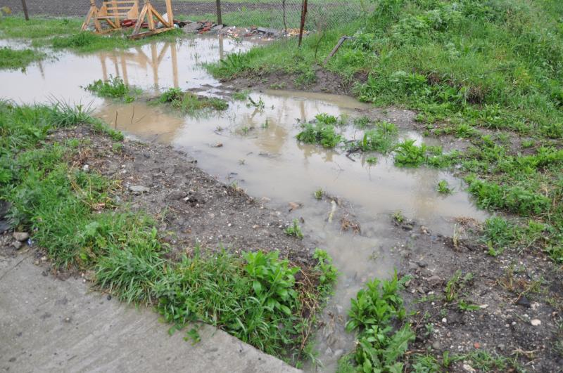 Apa încă bălteşte în anumite zone