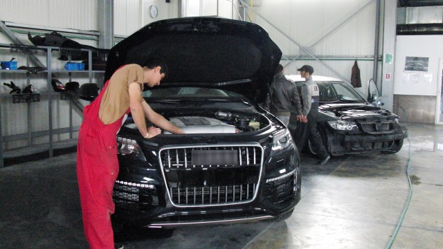 Daunele totale pentru mașinile avariate vor fi plătite, din 2015, într-un cuantum mai mic decât până acum. Deținătorii de service-uri și transportatorii au protestat în fața ASF.