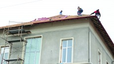 """Din cauza lucrărilor efectuate la acoperișul Maternității Spitalului """"Filantropia"""", în unele saloane au apărut infiltrații (FOTO: Lucian Anghel)"""