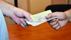 Agentul Viorel Constantin este acuzat că a primit suma de 600 de lei ca să scape un bărbat de un dosar penal (Foto: observator.ro)