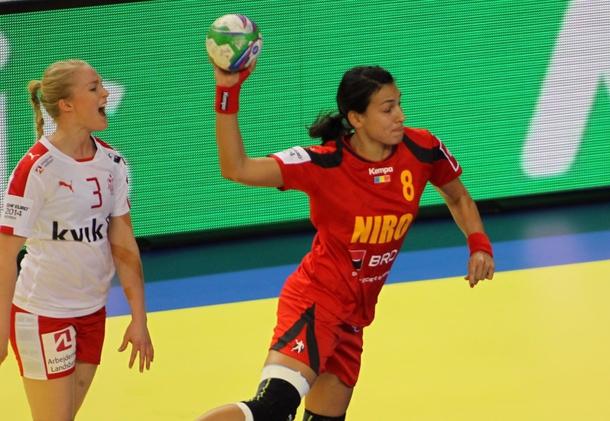 Cristina Neagu (în roșu) este golgheterul României la acest turneu, cu 17 goluri (foto: Prosport)