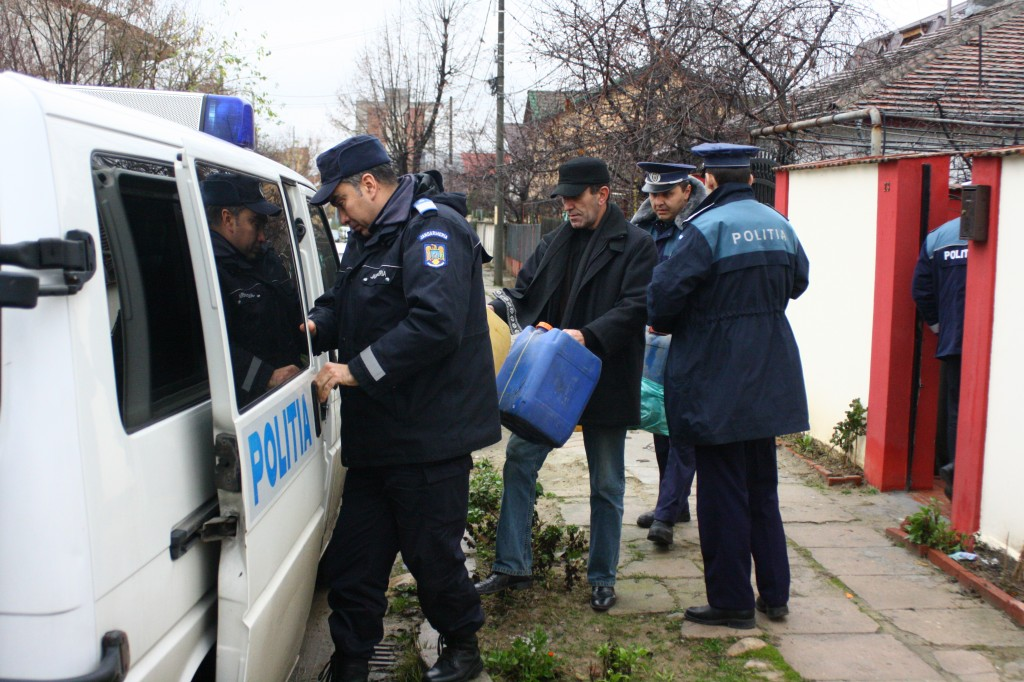 Polițiștii doljeni au descins la mai mulți suspecți, una dintre percheziții fiind făcută pe strada Macului din Craiova (FOTO: GdS)