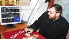 Preotul Florin Mihail spune cum funcționează sistemul de supraveghere (FOTO: Claudiu Tudor)