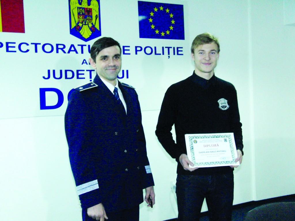 """Ionuţ Antoniu Gherlan, elev la Colegiul Naţional """"Carol I"""" din Craiova, a găsit un portofel cu 770 de lei și l-a predat poliției"""
