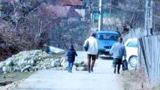 Zeci de persoane au rămas fără principalul drum de acces (Foto: Eugen Măruţă)
