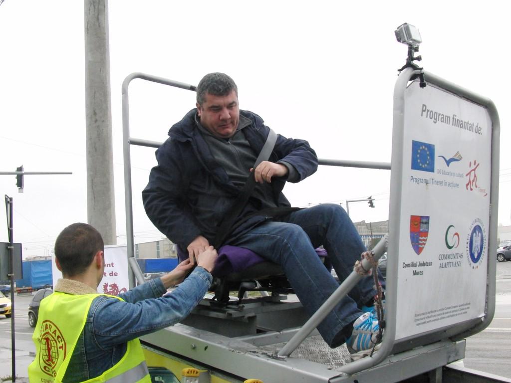Șoferii craioveni au ales să testeze simulatorul de accident decât să plătească amenda pentru că nu purtau centura de siguranță (foto GdS)