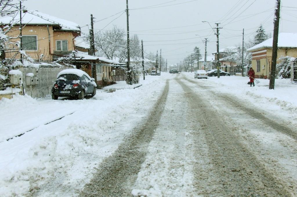 Cetățenii sunt rugați de autorități să nu mai arunce zăpada în stradă atunci când își curăță trotuarul din fața casei Foto: Anca Ungurenuş