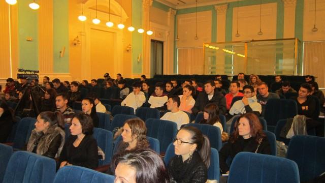 Studenții Universității din Craiova, dar și elevii Liceului Tehnologic au fost prezenți ieri în Sala Albastră a Universității pentru a li se prezenta cum se va derula programul de meditații pentru bacalaureat