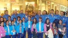 La finalul acţiunii, voleibaliştii de la SCM-U Craiova s-au fotografiat cu ajutoarele lor de nădejde, junioarele de la Şcoala de Volei