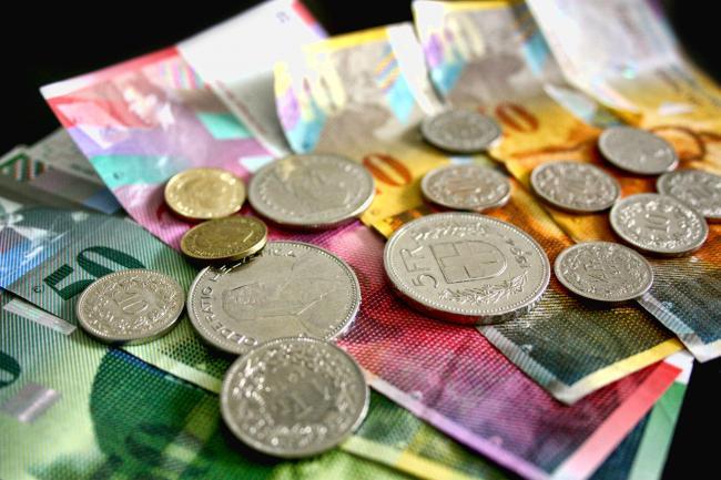 150-000-de-romani-s-au-fript-cu-francul-elvetian-moneda-a-ajuns-mai-tare-decat-euro-s-a-vandut-si-cu-6-lei-la-bucuresti-18499805