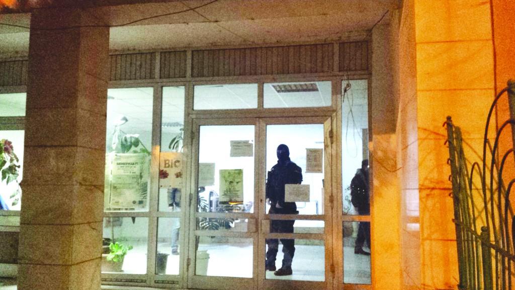 Mascaţii au descins în sediul APIA Mehedinţi (Foto: Oana Mitu)