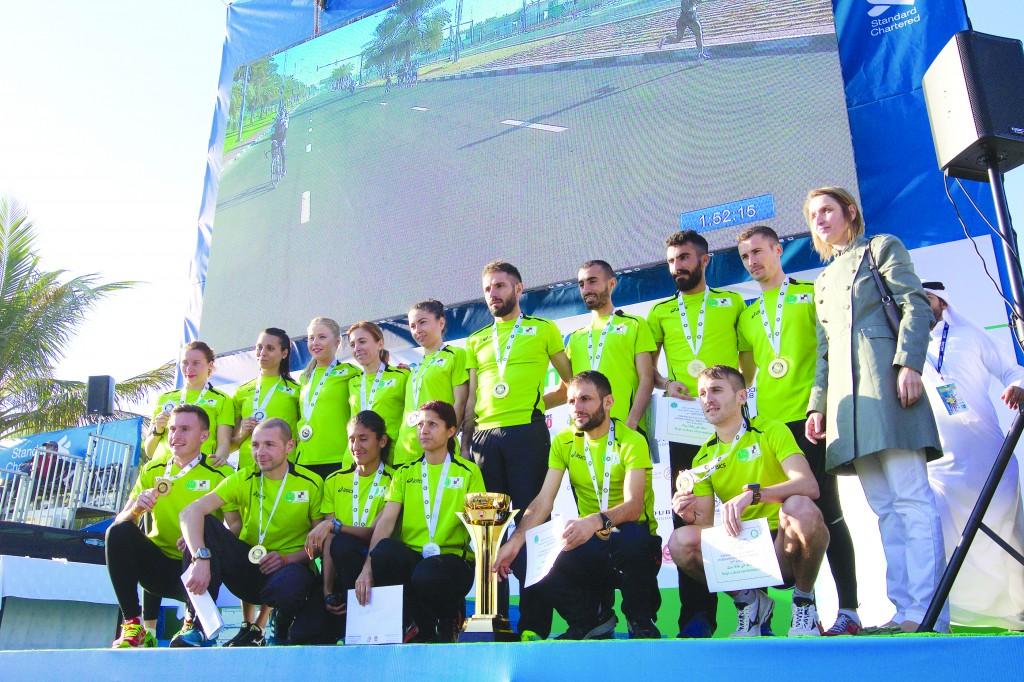 Elena Moagă (prima - rândul de sus), Daniela Constantinescu (a treia - rândul de sus) şi Andrei Ştefana (ultimul - rândul de sus) şi colegii lor din echipa balcanică s-au remarcat la crosul din Dubai