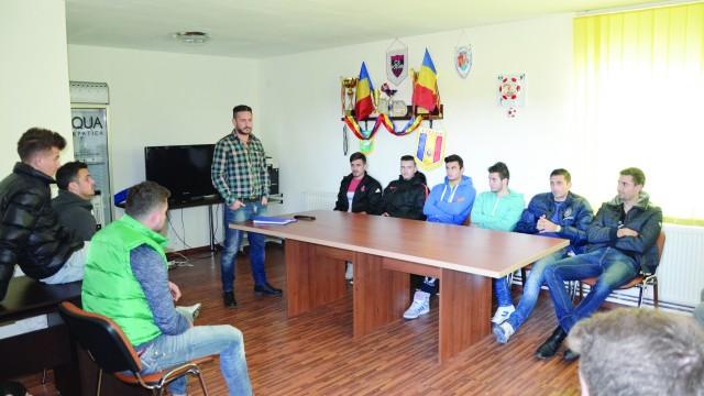 Dragoş Bon şi elevii săi au început pregătirea returului cu o şedinţă (Foto: Alexandru Vîrtosu)