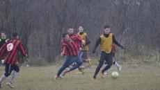 """Jucătorii """"satelitului"""" (maieuri portocalii) au pierdut amicalul cu ACSVM Craiova (foto: Alexandru Vîrtosu)"""