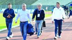 Managerul general al CS Universitatea Craiova, Felix Grigore (al doilea din stânga), a anunţat că jucătorii care nu au renunţat la salariile mari au fost puşi pe lista de transferuri (Foto: Alexandru Vîrtosu)