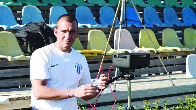Cornel Blejan îi monitorizează pe jucători, după efort, cu ajutorul sistemului Polar  (Foto: Alexandru Vîrtosu)