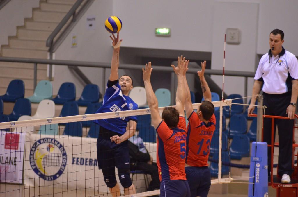 Bogdan Ene (la minge) şi colegii săi vor avea un meci dificl cu CSM Bucureşti (foto: Lucian Anghel)