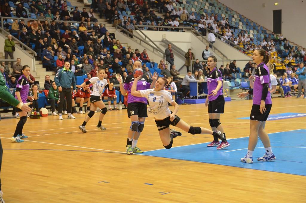 Ana Tănasie (la minge) și colegele sale au trecut cu greu de apărarea adversă (foto: Claudiu Tudor)