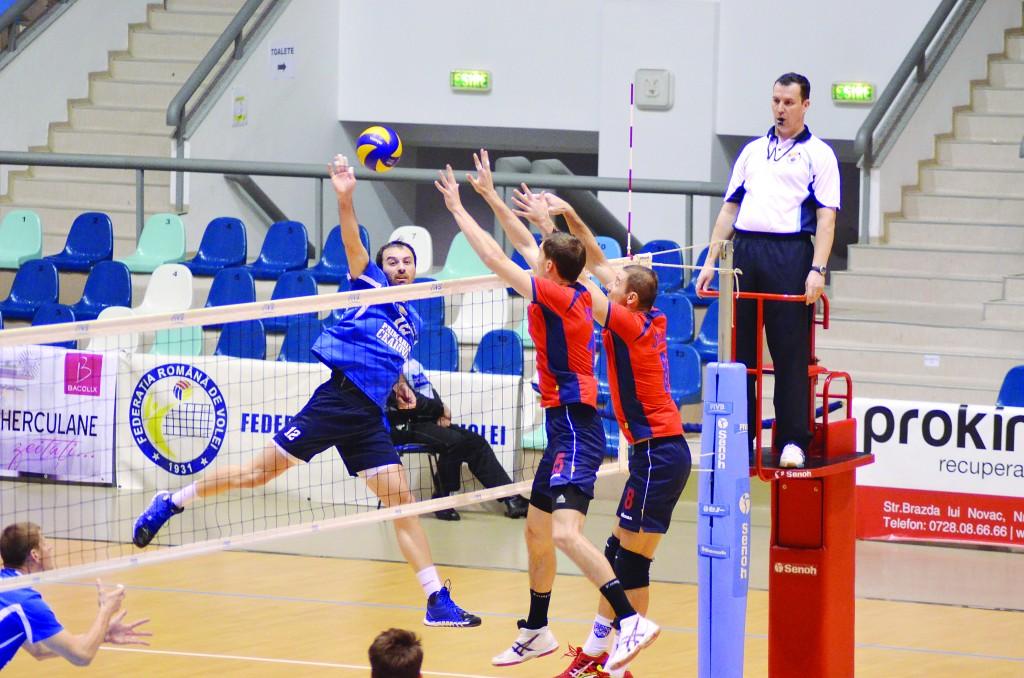 Vlado Milev (la minge) şi colegii săi au avut un meci mai greu decât se aşteptau cu Steaua (Foto: Lucian Anghel)