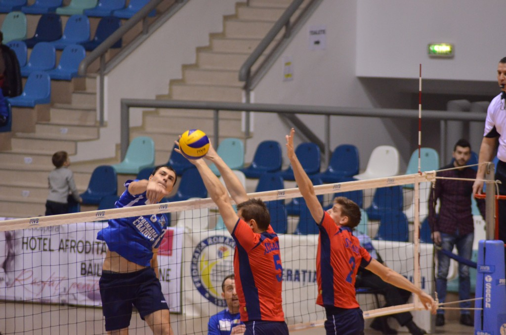 Ghionea (tricou albastru) şi colegii săi au o revanşă de luat la Zalău, echipa care i-a învins atât în turul campionatului, dar şi în sezonul trecut, în semifinalele Diviziei A1