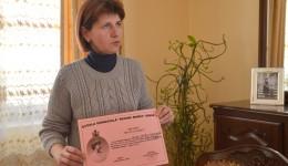 Camelia Safta arată una dintre zecile de diplome obținute de Teodora la olimpiadele din țară (FOTO:  Lucian Anghel)