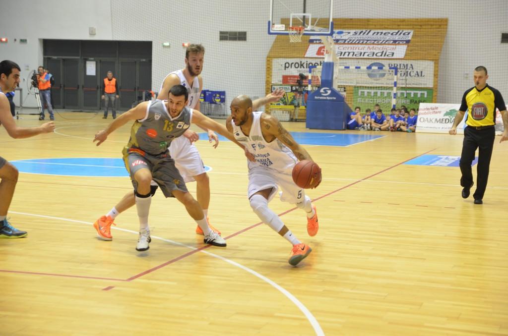 Fostul jucător al Craiovei, Vucurovic (nr. 13) a marcat astăzi 13 puncte, în timp ce Travis Bureau (la minge) a reuşit 9 puncte (foto: Claudiu Tudor)