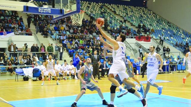 Marko Boltic (la minge) s-a remarcat atât în apărare, cât şi în atac în jocul cu Priştina (FOTO: Claudiu Tudor)