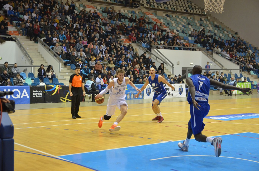 Bozovic (la minge) a făcut un meci bun împotriva echipei mureşene (foto: Claudiu Tudor)
