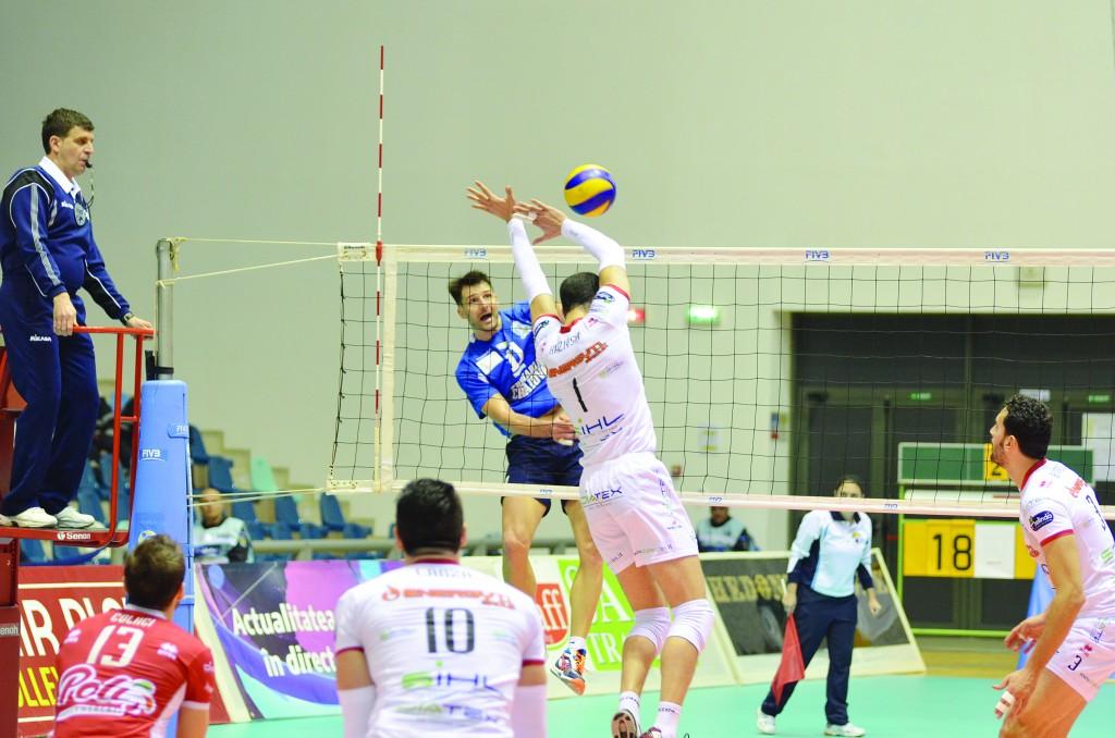 Laurenţiu Lică (în albastru) a făcut un joc bun în faţa italienilor de la Trentino (Foto: Claudiu Tudor)