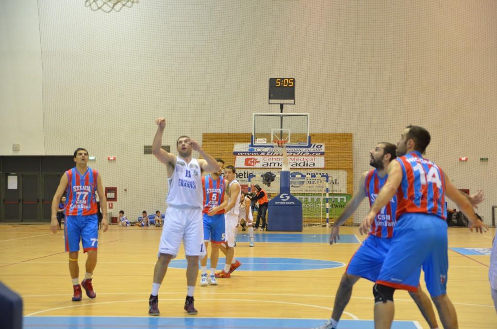 Zoran Krstanovic (în alb) vrea să se despartă de echipa SCM-U Craiova
