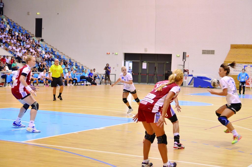 În meciul tur, echipa SCM Craiova (în alb) a fost învinsă la o diferență clară, cu scorul de 32-21 (Foto: arhiva GdS)