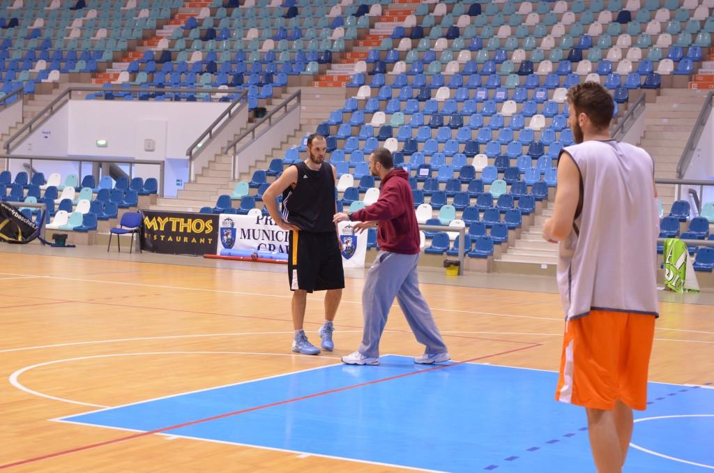 Radomir Marojevic (în negru) se antrenează deja sub comanda lui Andelko Mandic (foto: Lucian Anghel)