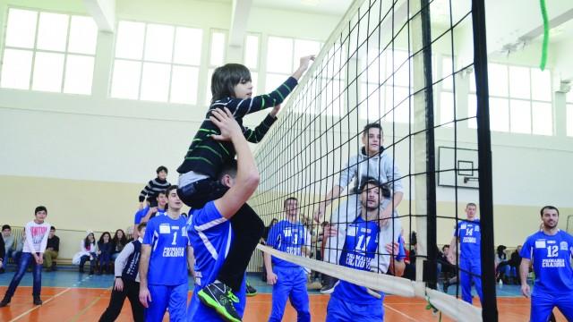 Voleibaliştii şi elevii s-au distrat pe cinste (Foto: Lucian Anghel)