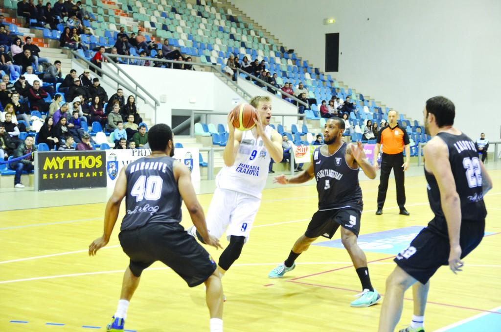 Djordje Milic (la minge) a marcat 13 puncte în meciul cu U BT Cluj (Foto: Claudiu Tudor)