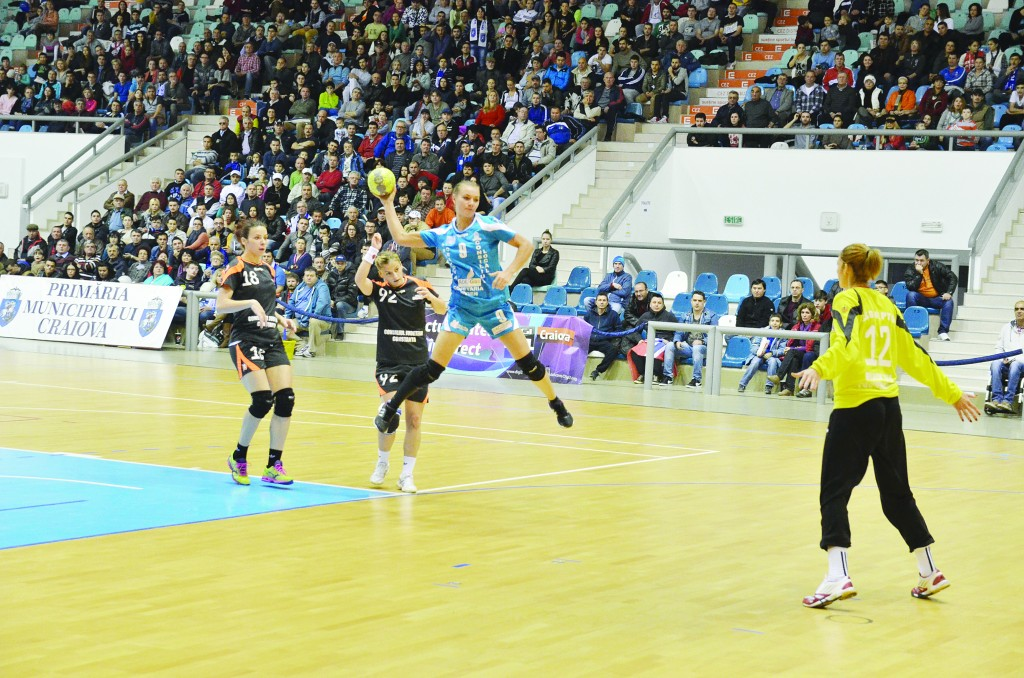 """După """"duşul rece"""" de la Baia Mare, Ana-Maria Tănăsie (la minge) vrea victorie cu Romanul (Foto: Arhiva GdS)"""