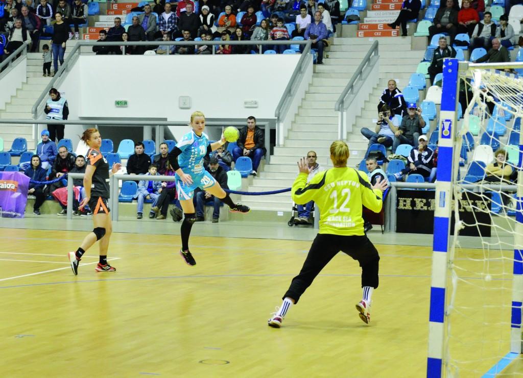 Aneta Pârvuț (la minge) este o jucătoare valoroasă, care a dat randament la SCM Craiova (Foto: arhiva GdS)
