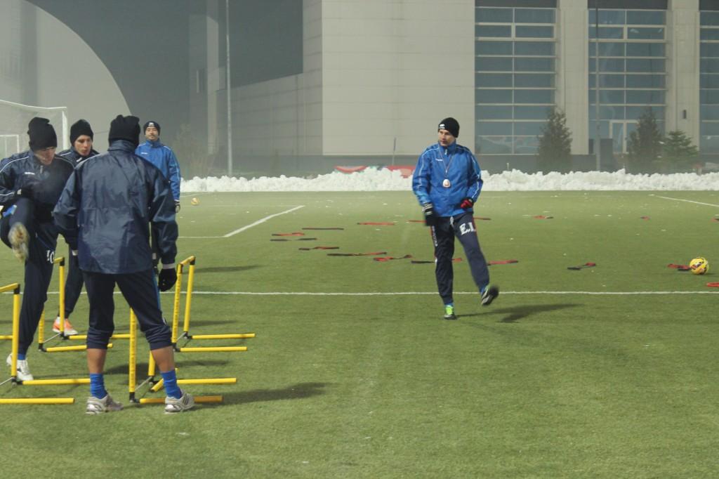 Edi Iordănescu (dreapta) le-a cerut jucătorilor săi să se pregătească ca adevăraţi profesionişti (Foto: panduriics.ro)