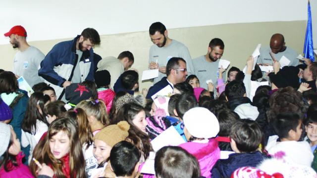 Baschetbaliştii au acordat minute în şir autografe elevilor (Foto: Claudiu Tudor)