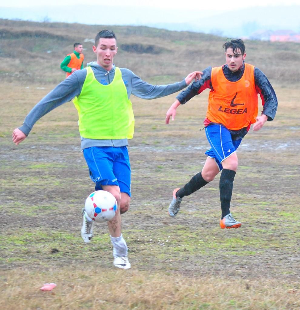 """""""Ceferiştii"""" lui Şoavă (în portocaliu) s-au mişcat bine în amicalul cu CS Podari (Foto: Cristi Iacob)"""