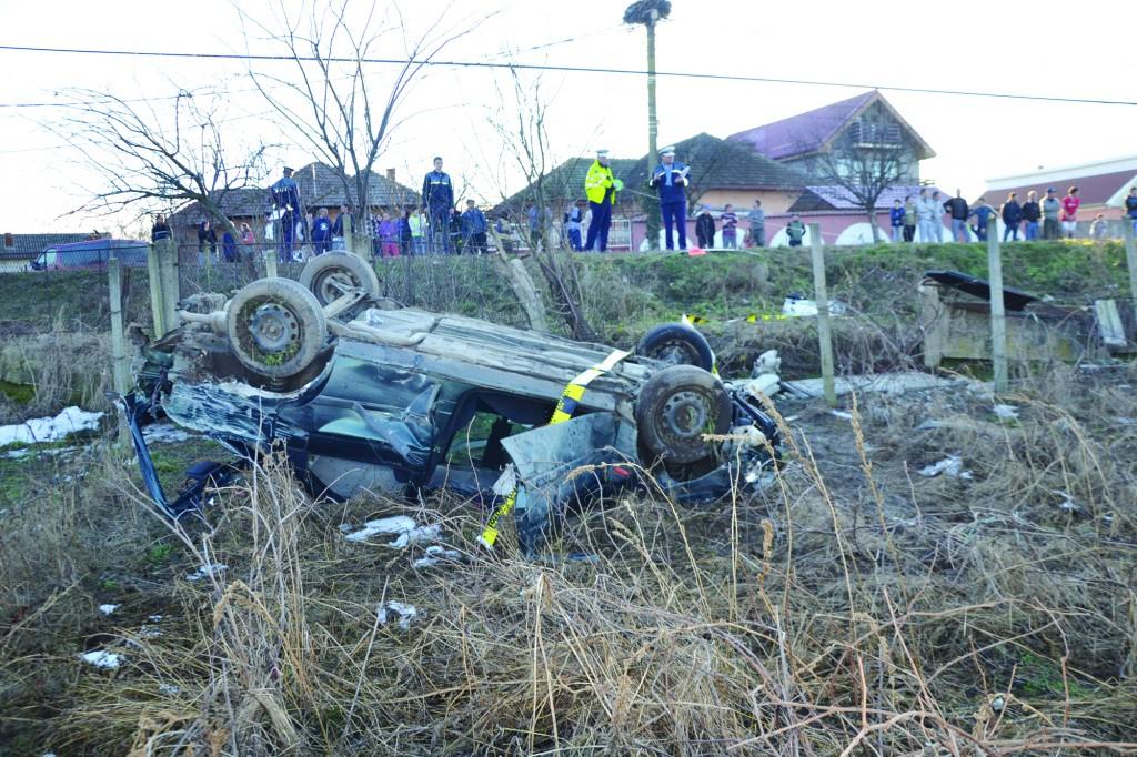 Șoferul a fost rănit grav în urma accidentului produs în comuna doljeană Rojiște (FOTO: IPJ Dolj)
